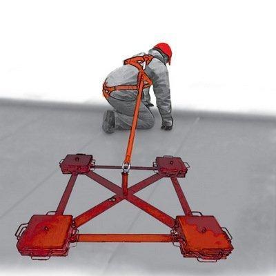 Анкерный пост с противовесом «ПАУК» — это сборно-разборная анкерная система страховки, обеспечивающая защиту от падения с высоты находящихся на плоском монтажном горизонте или плоской крыше одного или двух работников.